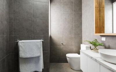 Azulejos que hacen que un baño parezca más grande